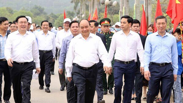 Thủ tướng Nguyễn Xuân Phúc tham gia lễ trồng cây cùng cán bộ và nhân dân huyện Đô Lương - Sputnik Việt Nam