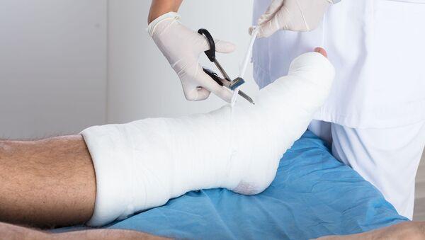 Bác sĩ băng bó vào chân bệnh nhân - Sputnik Việt Nam