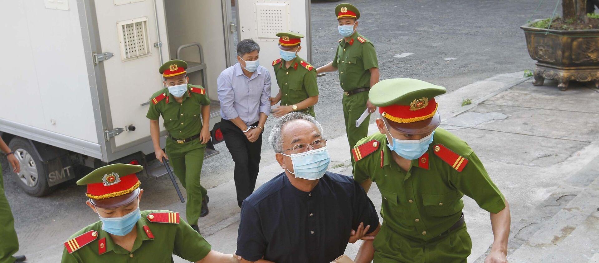 Bị cáo Nguyễn Thành Tài, nguyên Phó Chủ tịch UBND Thành phố Hồ Chí Minh được áp giải đến phiên tòa ngày 15/3.  - Sputnik Việt Nam, 1920, 15.03.2021