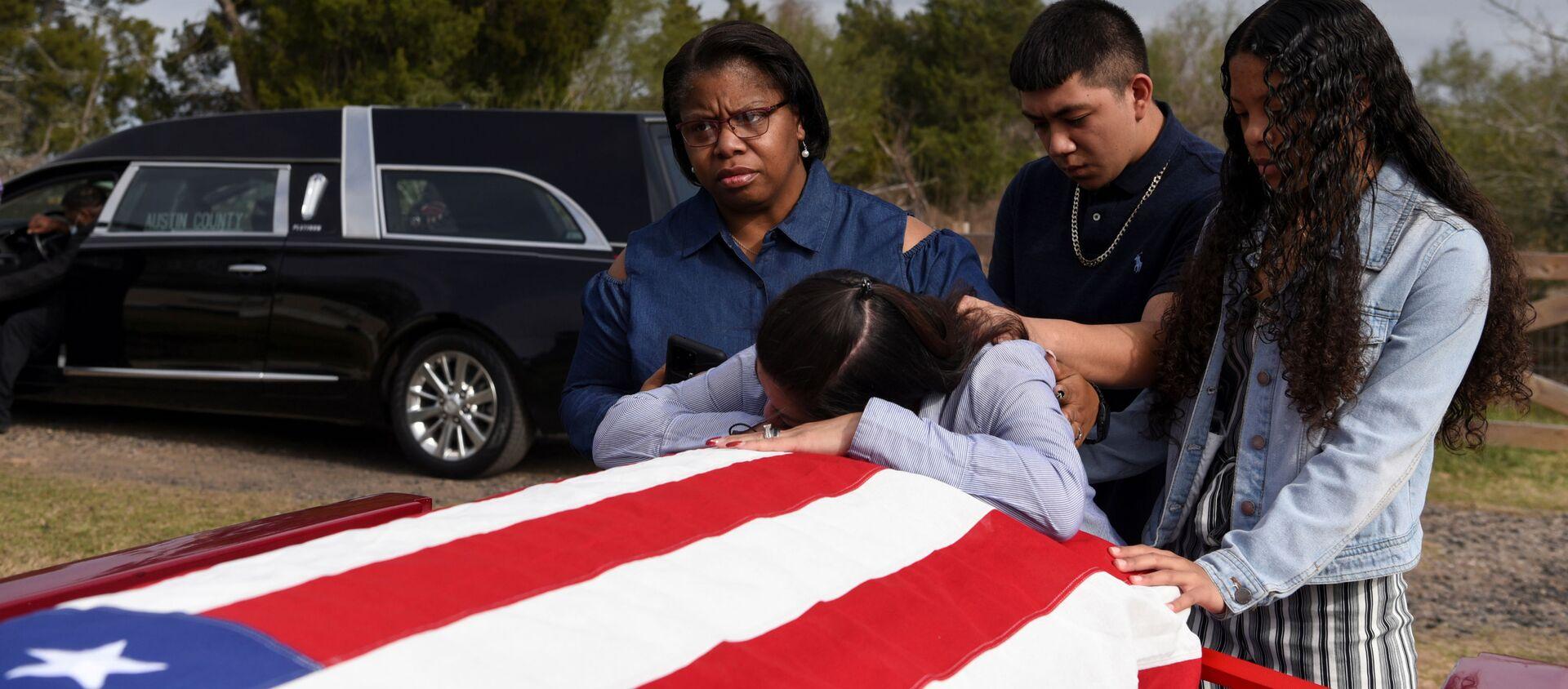 Đám tang một người chết vì COVID-19 ở San Felipe, Texas, Mỹ. - Sputnik Việt Nam, 1920, 15.03.2021