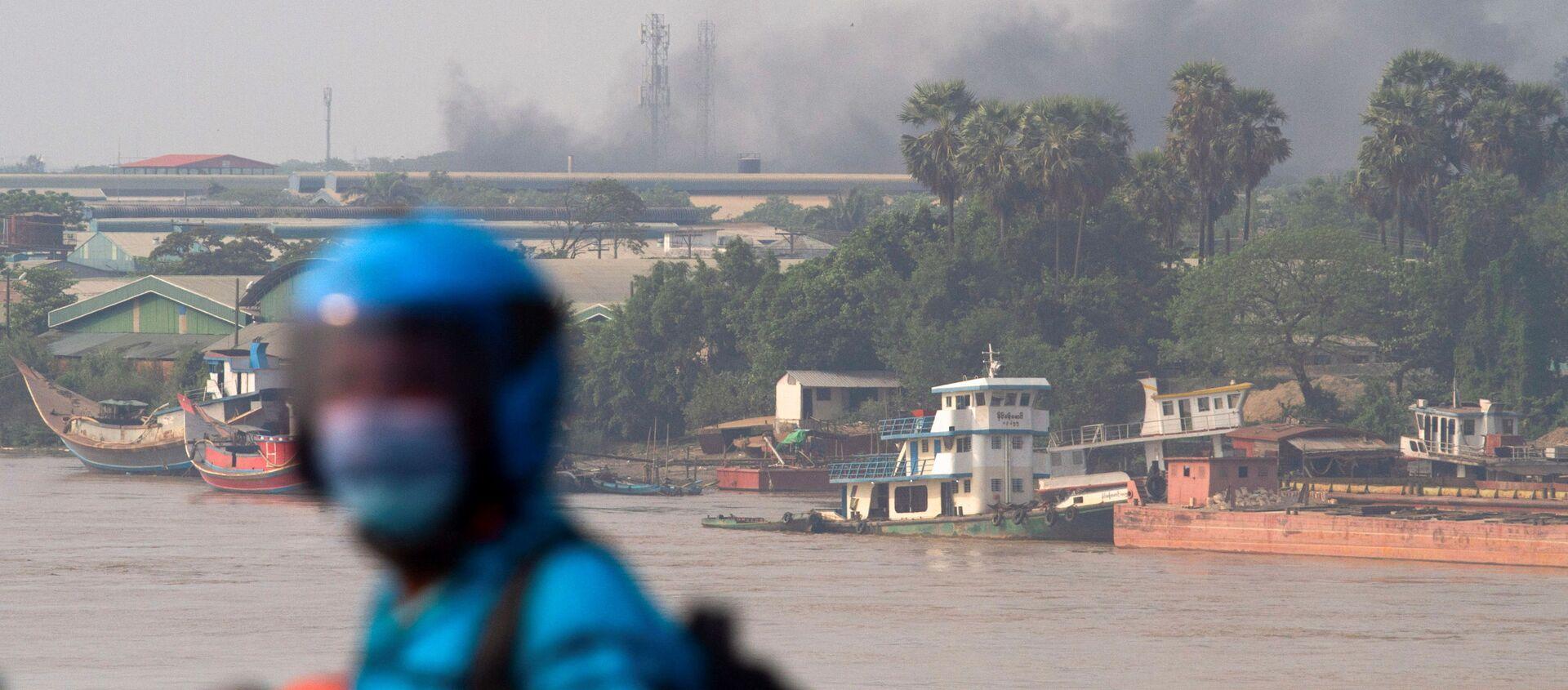 Khói từ nhà máy đang bốc cháy ở Yangon. - Sputnik Việt Nam, 1920, 15.03.2021