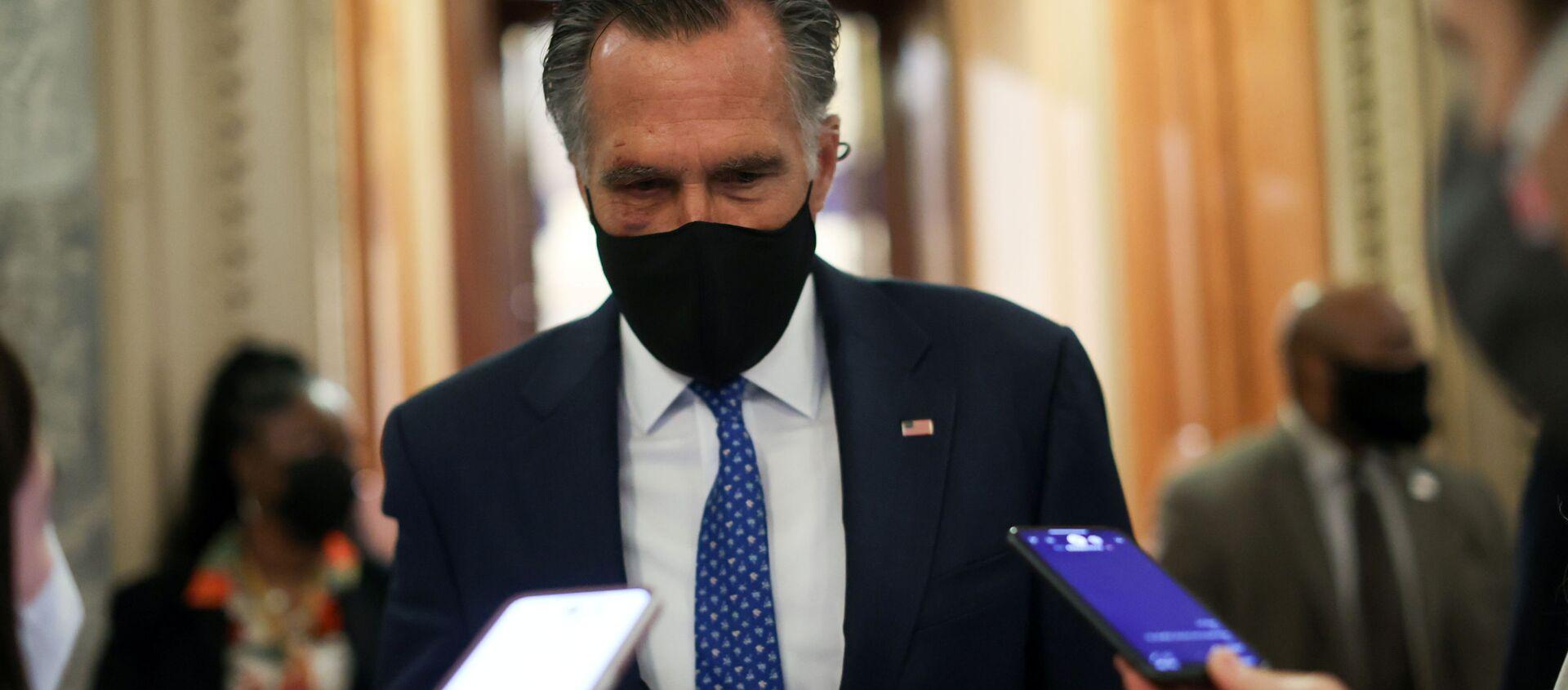 Thượng nghị sĩ Hoa Kỳ Mitt Romney (R-UT) nói chuyện với các phóng viên về những nỗ lực tiềm năng để tăng mức lương tối thiểu tại Điện Capitol Hoa Kỳ ở Washington, Hoa Kỳ, ngày 1 tháng 3 năm 2021 - Sputnik Việt Nam, 1920, 16.03.2021