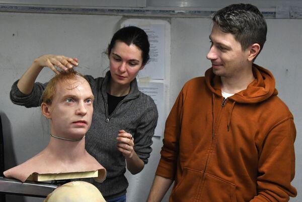 Phó giám đốc Alexandra Chegodaeva và Giám đốc Piotr Chegodaev ở Chi nhánh Viễn Đông của Promobot đang làm việc với mẫu da nhân tạo thử nghiệm trong phòng thí nghiệm  - Sputnik Việt Nam