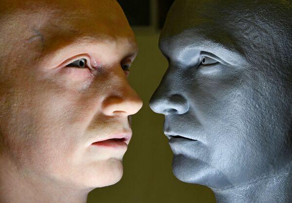 Đầu robot hình người (trái), do công ty Promobot phát triển, bên cạnh người mẫu  - Sputnik Việt Nam