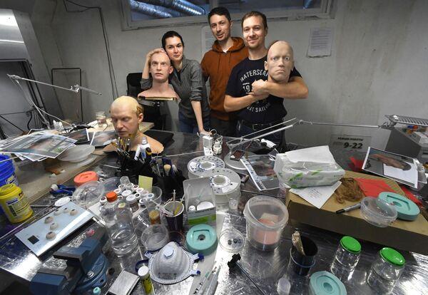 Các nhân viên Trung tâm mô hình hóa robot hình người của công ty Promobot ở Vladivostok  - Sputnik Việt Nam