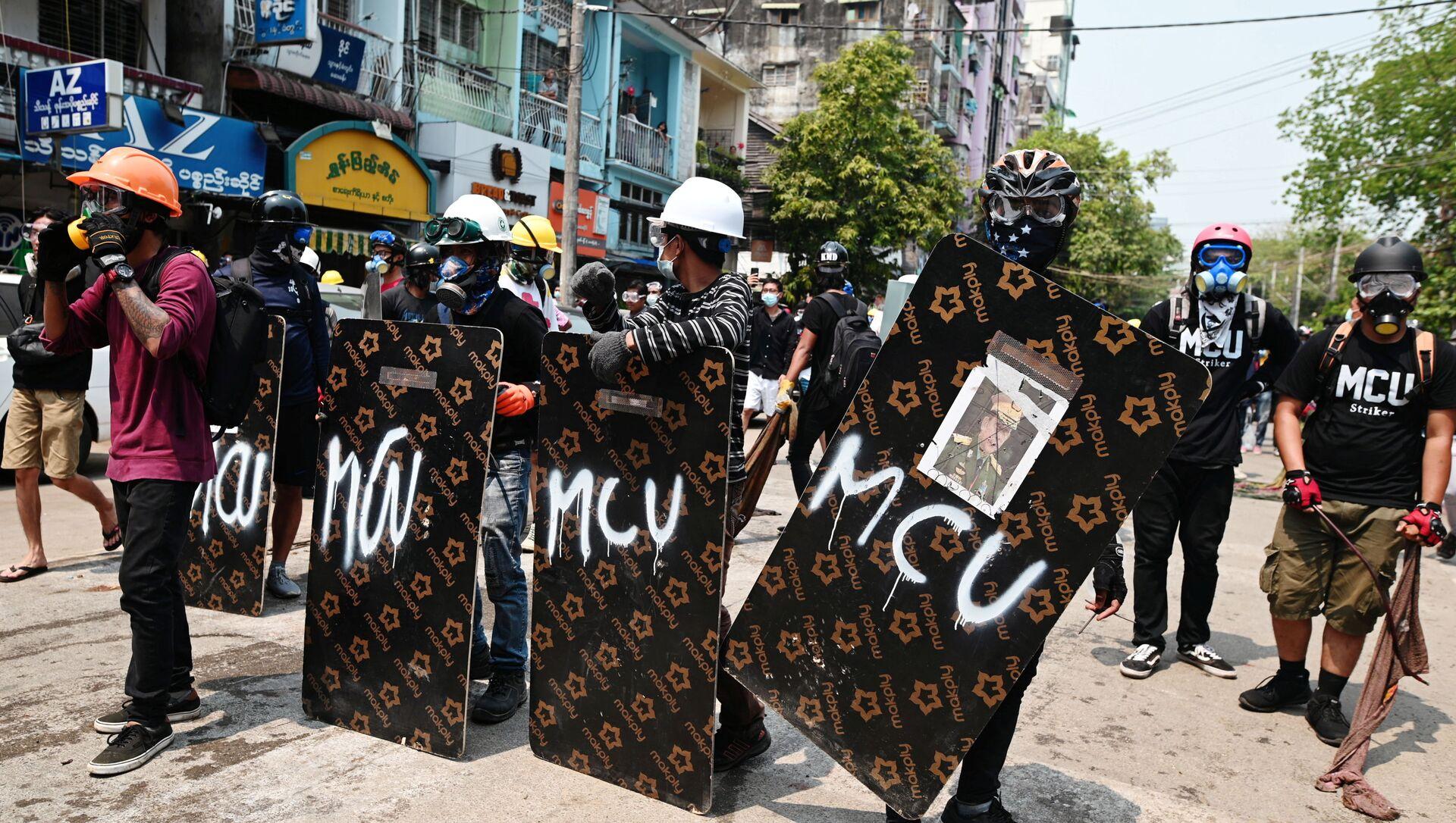 Người biểu tình đứng đằng sau những tấm chắn tạm bợ trong cuộc biểu tình chống đảo chính ở Yangon - Sputnik Việt Nam, 1920, 16.03.2021