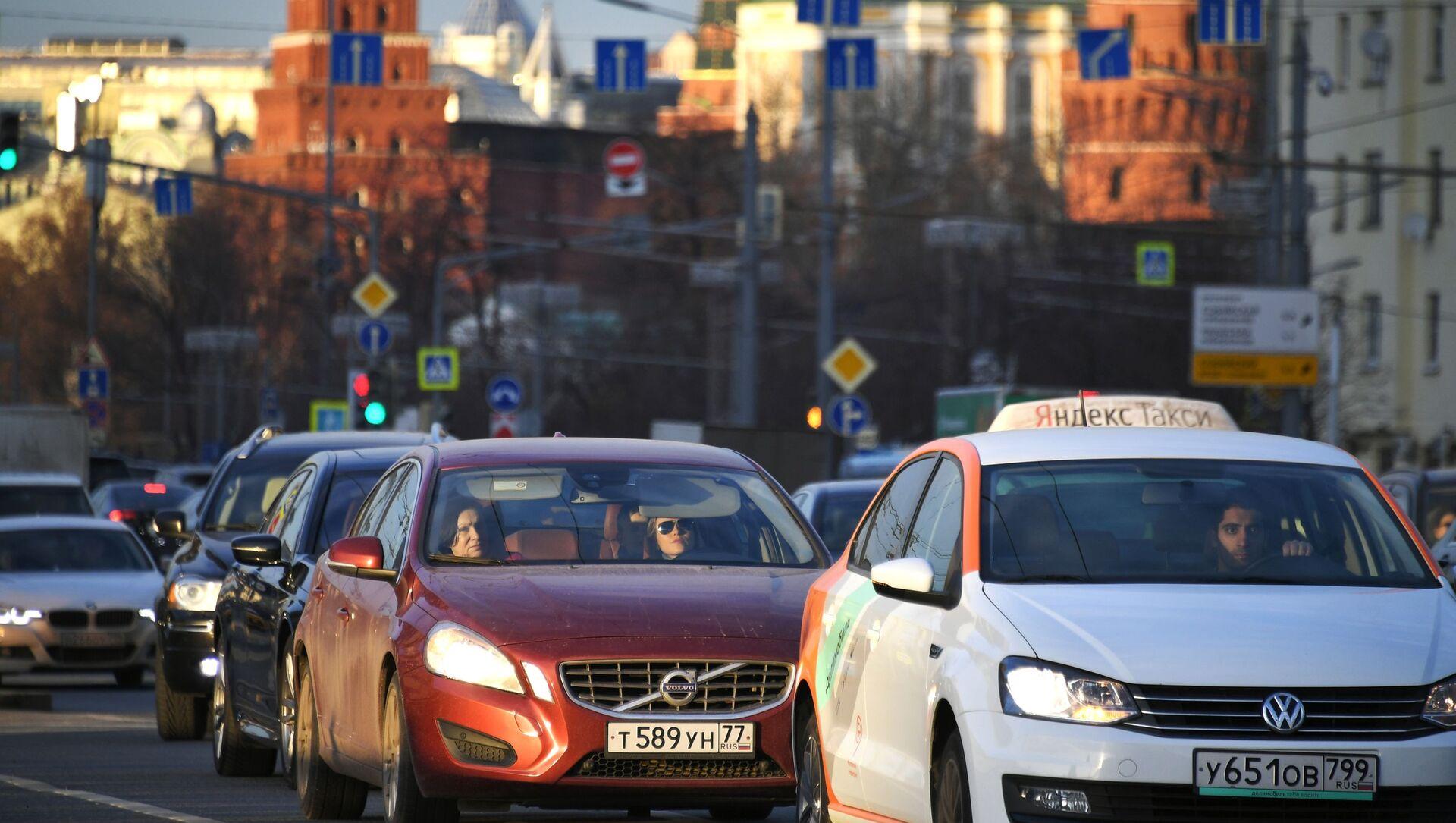 Ô tô bị kẹt xe trên một trong những con phố ở trung tâm thủ đô Moscow - Sputnik Việt Nam, 1920, 17.03.2021