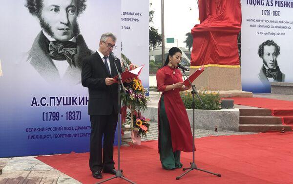 Buổi lễ khánh thành Tượng Đại thi hào Pushkin khai mạc lúc 9h sáng 17/3 tại Công viên Hòa Bình, Hà Nội. - Sputnik Việt Nam