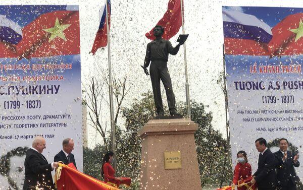 Các đại biểu Nga và đại diện TP Hà Nội khánh thành Tượng đài Pushkin. - Sputnik Việt Nam