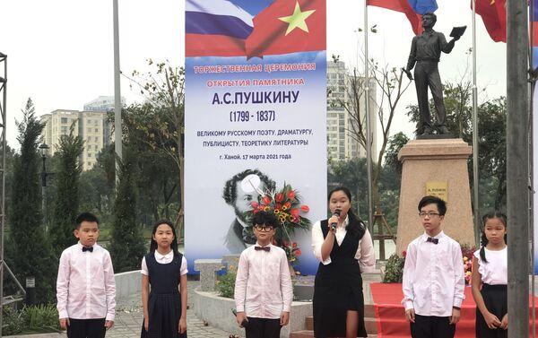Các em học sinh đến tham gia và đọc thơ Pushkin tại sự kiện. - Sputnik Việt Nam