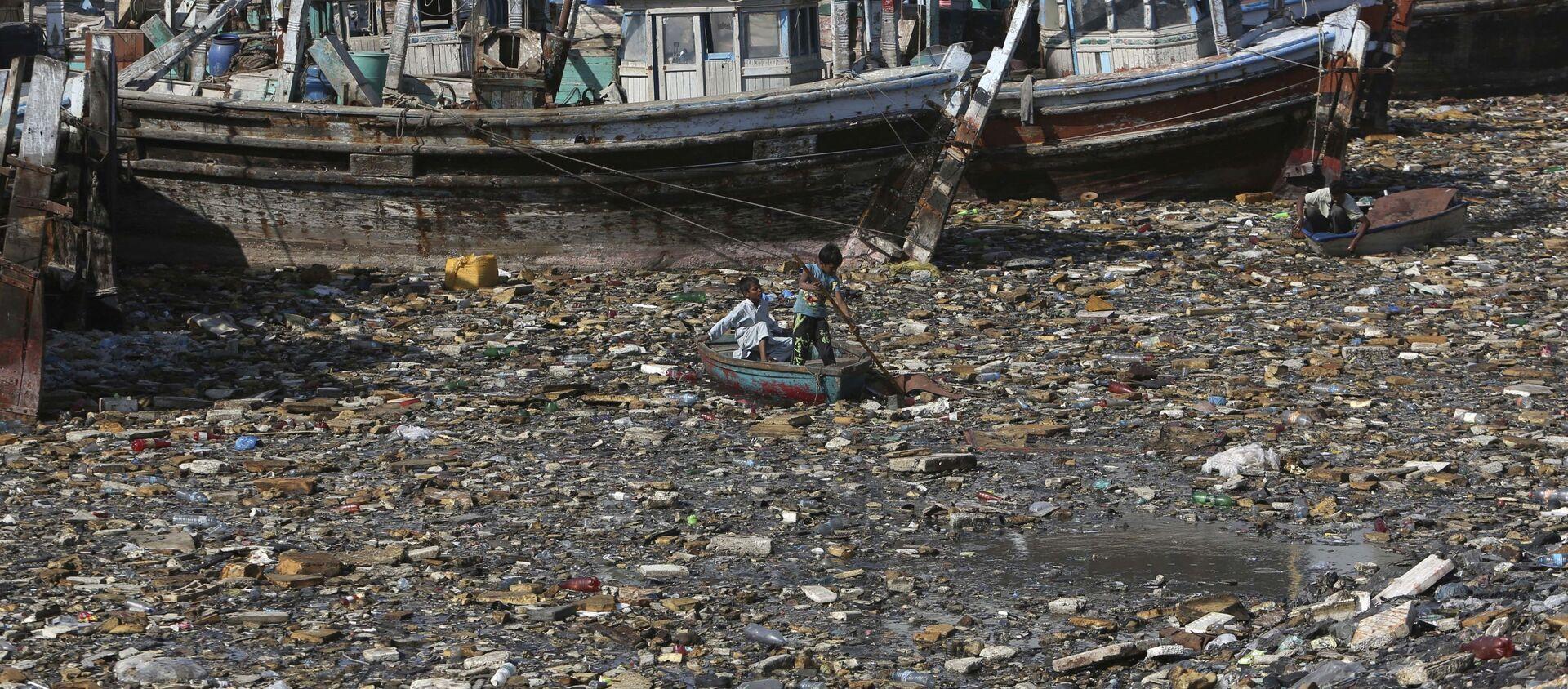 Trẻ em thu gom rác tái chế ở bến cảng bị ô nhiễm ở Karachi, Pakistan - Sputnik Việt Nam, 1920, 17.03.2021