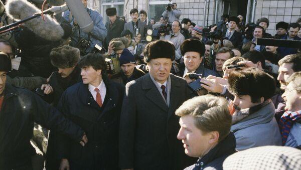 Boris Yeltsin trong cuộc trưng cầu dân ý toàn Liên Bang về tương lai của Liên Xô, ngày 17 tháng 3 năm 1991. - Sputnik Việt Nam