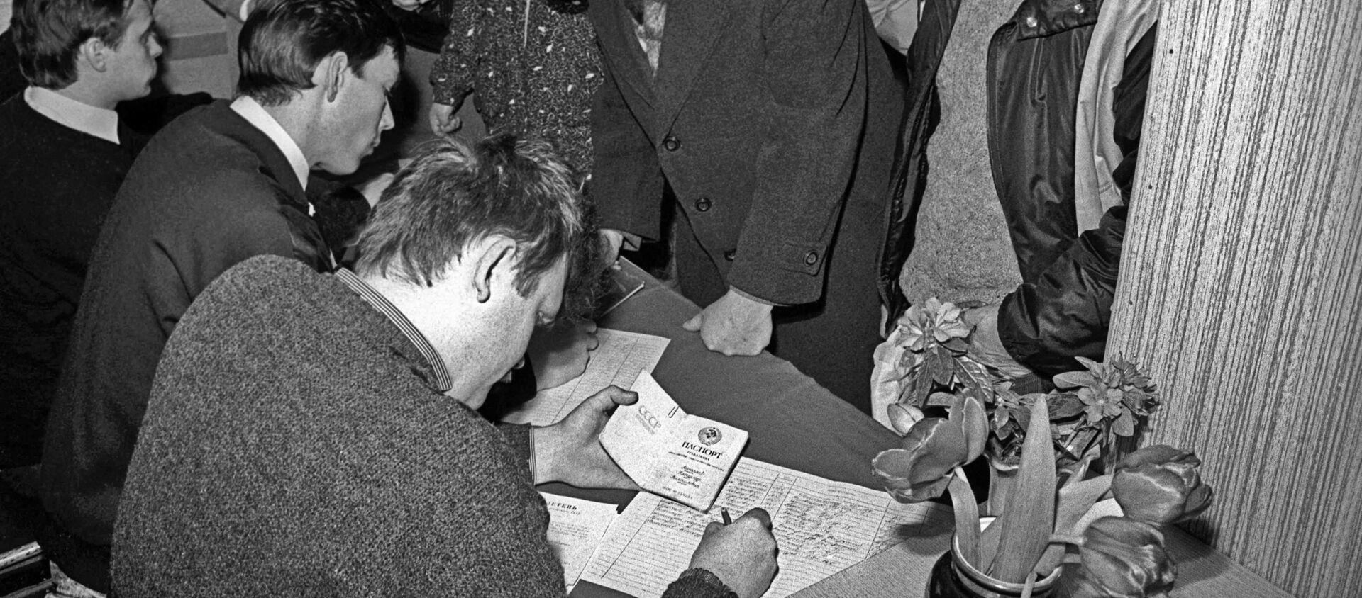 Cư dân thành phố Novy Vilno (Litva) tại một điểm bỏ phiếu trong cuộc trưng cầu dân ý ngày 17 tháng 3 năm 1991. - Sputnik Việt Nam, 1920, 17.03.2021