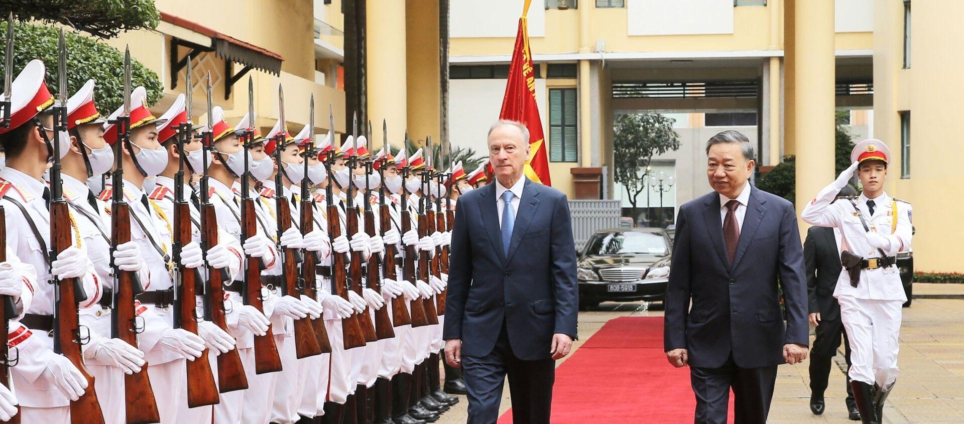 Bộ trưởng Tô Lâm và Đại tướng Nikolai Patrushev, Thư ký Hội đồng An ninh Liên bang Nga duyệt đội danh dự Công an nhân dân Việt Nam - Sputnik Việt Nam, 1920, 18.03.2021
