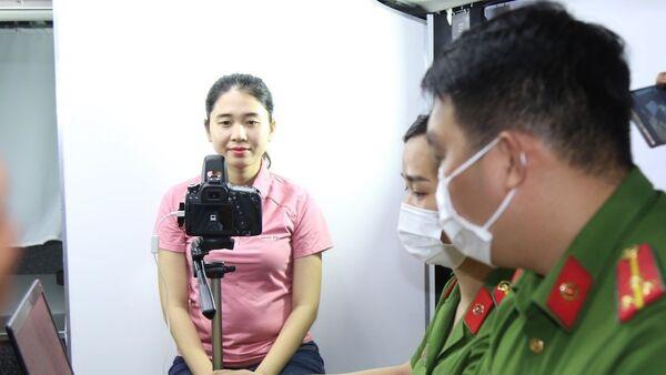 Lực lượng chức năng chụp ảnh, làm căn cước công dân trong ô tô chuyên dụng. - Sputnik Việt Nam