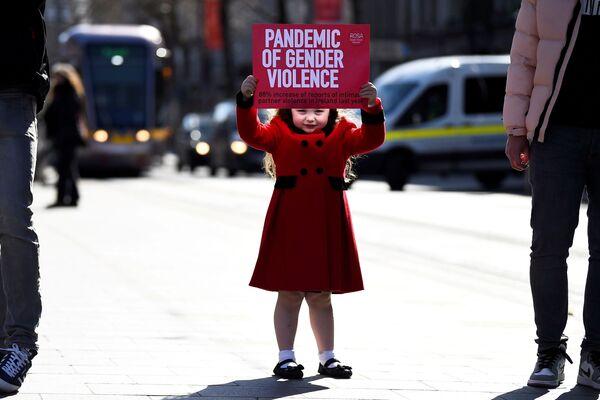 Bé gái 4 tuổi cầm biểu ngữ tại một cuộc biểu tình chống bạo lực ở Dublin, Ireland - Sputnik Việt Nam