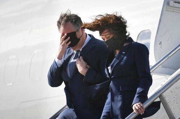 Phó Tổng thống Mỹ Kamala Harris và chồng Doug Emhoff xuống máy bay tại sân bay Los Angeles, Mỹ - Sputnik Việt Nam