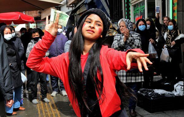 Cô gái Iran hóa trang thành nhân vật hư cấu Hajji Firuz trong văn hóa dân gian Iran, nhảy múa trên đường phố Tehran - Sputnik Việt Nam