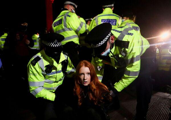 Cảnh sát bắt giữ người tham gia hành động Clapham để tưởng nhớ  Sarah Everard, bị cảnh sát bắt cóc và giết chết - Sputnik Việt Nam