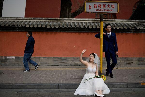 Cặp đôi tạo dáng trong buổi chụp ảnh cưới trước Tháp Trống ở Bắc Kinh - Sputnik Việt Nam