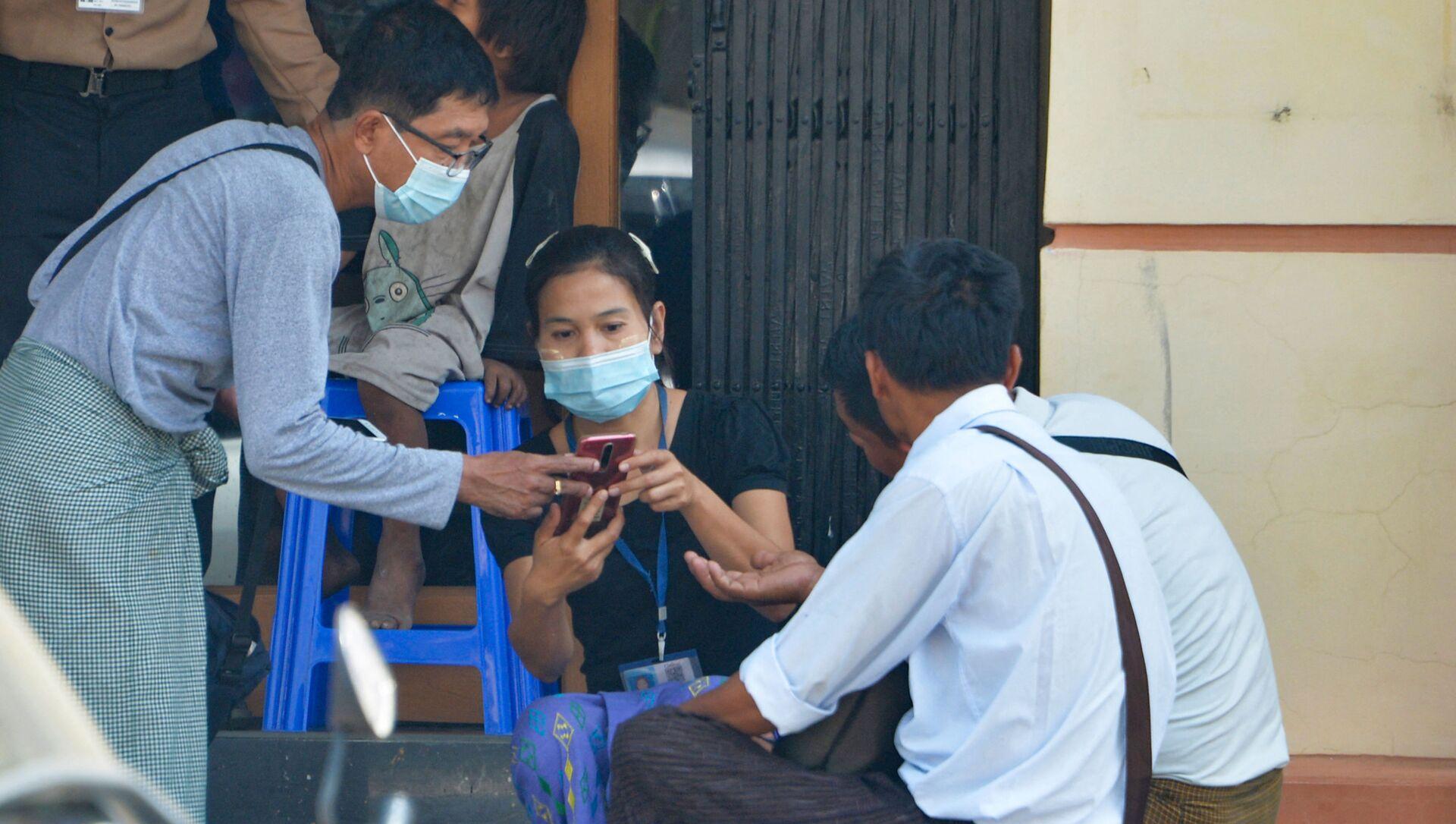Các cư dân Myanmar với chiếc điện thoại trong cửa hiệu. - Sputnik Việt Nam, 1920, 21.03.2021