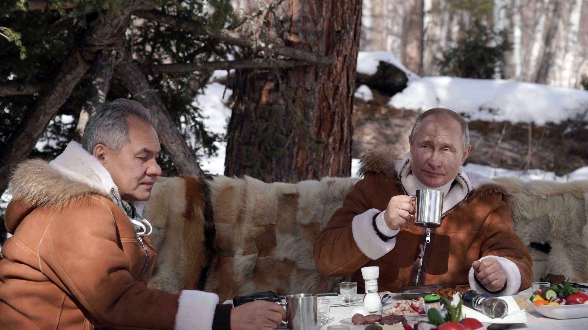 Tổng thống Nga Vladimir Putin và Bộ trưởng Quốc phòng Sergei Shoigu nghỉ ngơi trong rừng taiga. - Sputnik Việt Nam, 1920, 23.03.2021