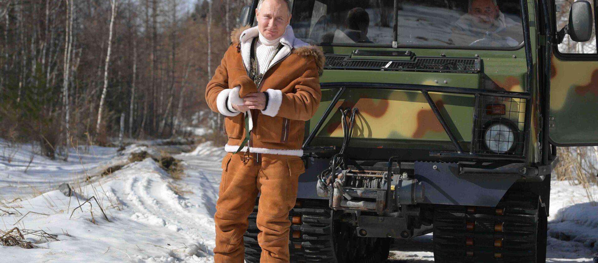 Tổng thống Nga Vladimir Putin đi dạo trong rừng taiga. - Sputnik Việt Nam, 1920, 21.03.2021