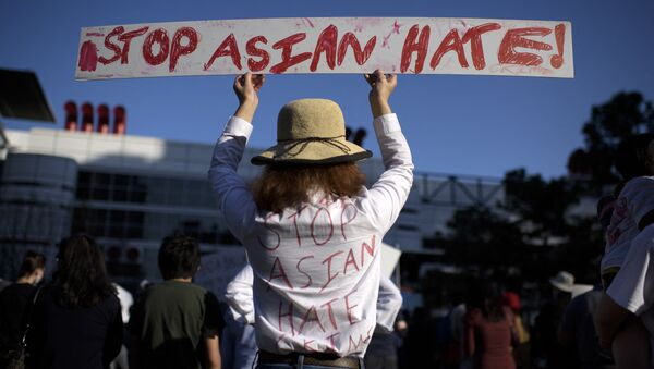 Cô gái với một tấm áp phích trong cuộc biểu tình Stop Asian Hate ở Hoa Kỳ - Sputnik Việt Nam