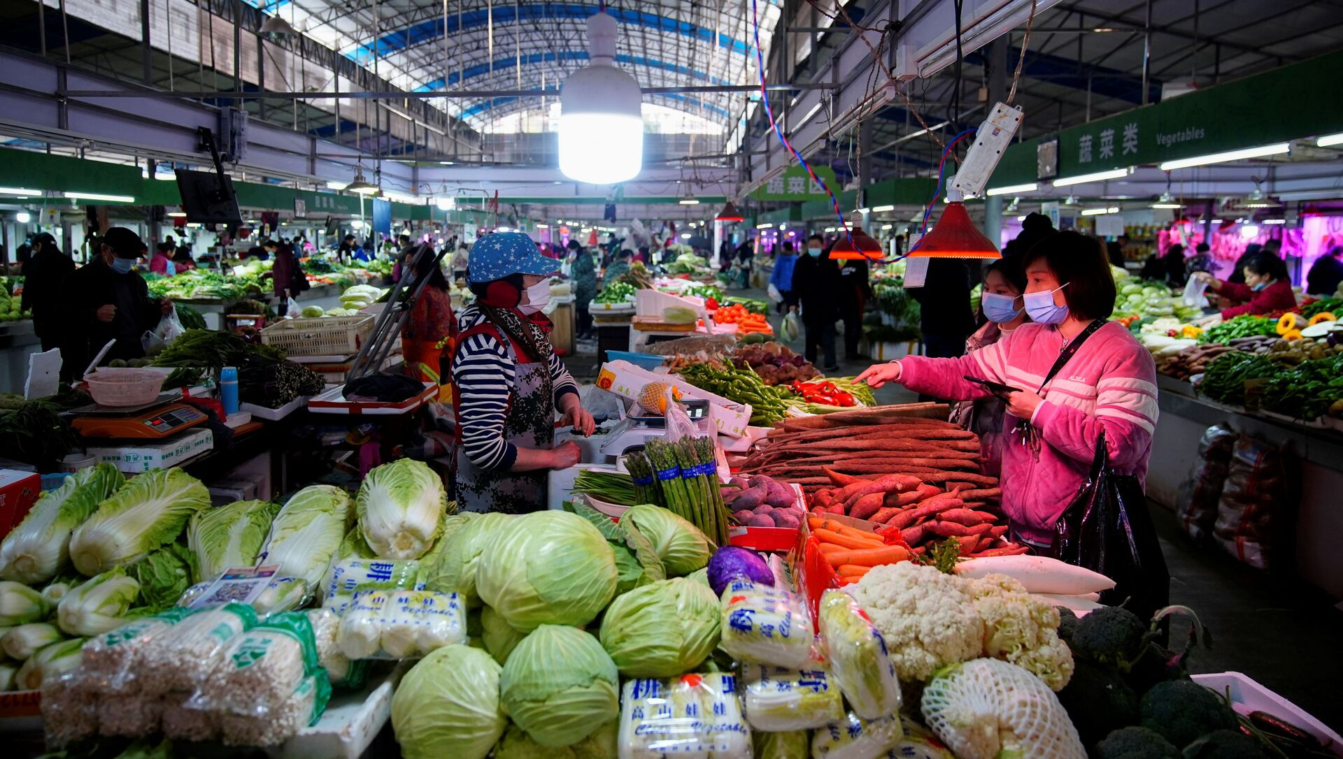 Khách trong chợ ở Vũ Hán. - Sputnik Việt Nam, 1920, 22.03.2021