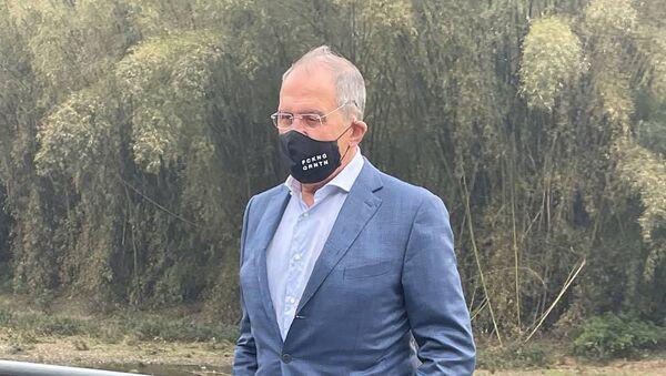 Sergei Lavrov đeo khẩu trang có dòng chữ FCKNG QRNTN. - Sputnik Việt Nam
