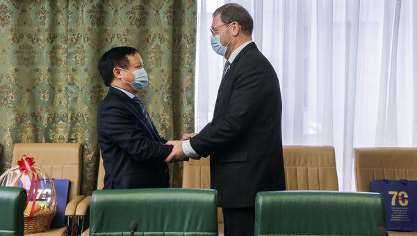 Cuộc gặp giữa Phó Chủ tịch Hội đồng Liên bang Konstantin Kosachev với Đại sứ đặc mệnh toàn quyền nước CHXHCN Việt Nam tại Liên bang Nga Ngô Đức Mạnh. - Sputnik Việt Nam