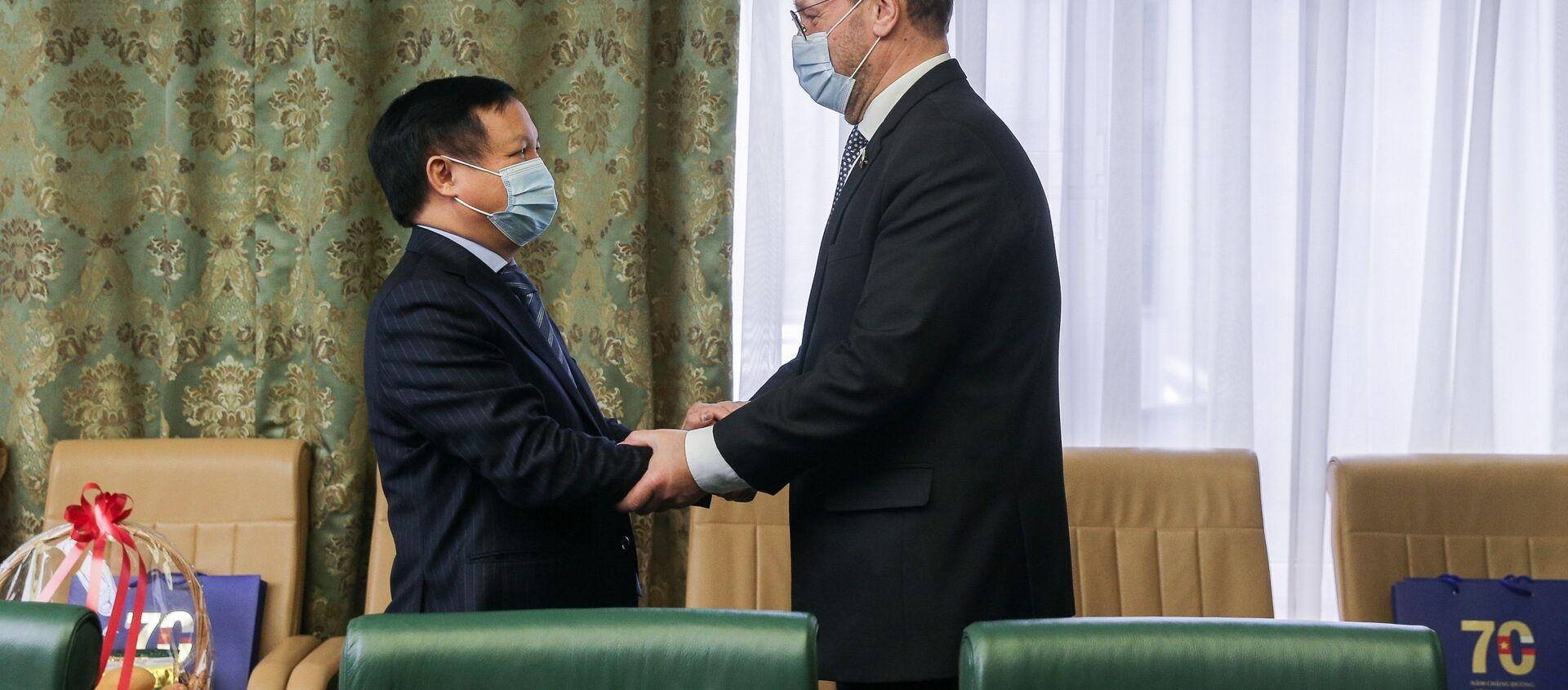 Cuộc gặp giữa Phó Chủ tịch Hội đồng Liên bang Konstantin Kosachev với Đại sứ đặc mệnh toàn quyền nước CHXHCN Việt Nam tại Liên bang Nga Ngô Đức Mạnh. - Sputnik Việt Nam, 1920, 22.03.2021
