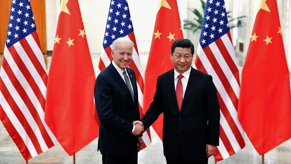 Chủ tịch Cộng hòa Nhân dân Trung Hoa Tập Cận Bình và Phó Tổng thống Joe Biden tại Bắc Kinh, 2013 - Sputnik Việt Nam