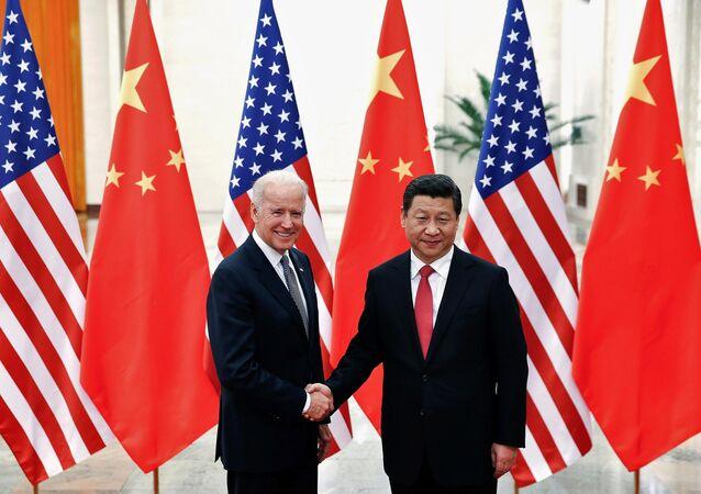Chủ tịch Cộng hòa Nhân dân Trung Hoa Tập Cận Bình và Phó Tổng thống Joe Biden tại Bắc Kinh, 2013