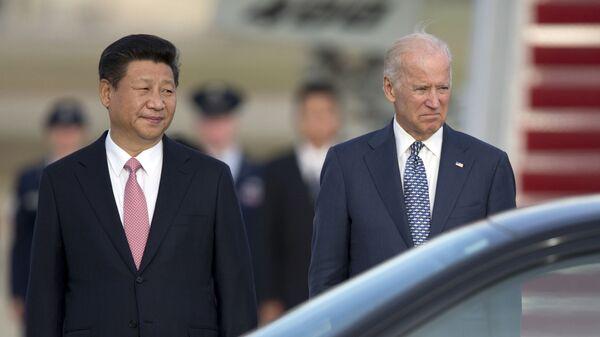 Chủ tịch nước Cộng hòa Nhân dân Trung Hoa Tập Cận Bình và Phó Tổng thống Hoa Kỳ Joe Biden tại Washington, năm 2015. - Sputnik Việt Nam
