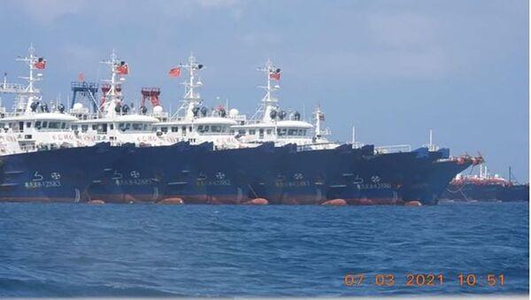 Các tàu Trung Quốc cập vào bãi đá ngầm Whitsun ở Biển Đông. - Sputnik Việt Nam