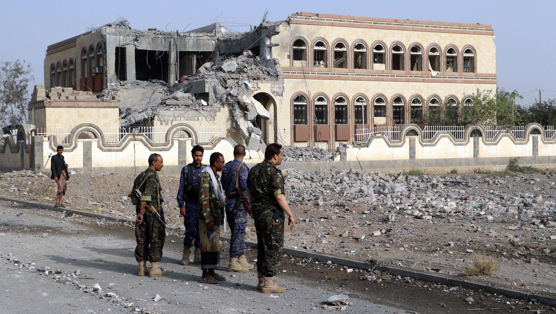 Toà nhà công sở ở thành phố Sa'ada, Yemen bị hư hại do cuộc không kích từ phía Saudi Arabia. - Sputnik Việt Nam, 1920, 23.03.2021