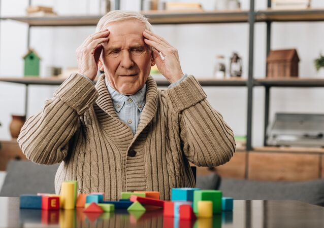 Người già bị đau đầu