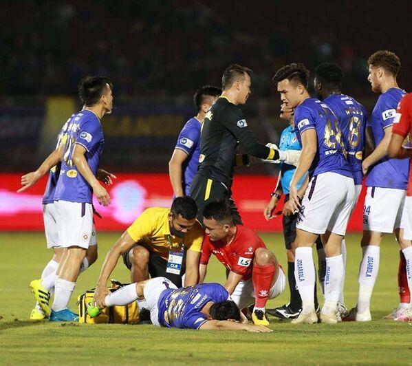 Tiền vệ Đỗ Hùng Dũng (Hà Nội FC) bị chấn thương nặng sau pha vào bóng nguy hiểm của Ngô Hoàng Thịnh (TP. Hồ Chí Minh) - Sputnik Việt Nam