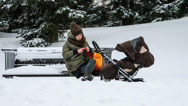 Người phụ nữ với xe đẩy trong công viên cảnh quan Mitino, Moscow - Sputnik Việt Nam