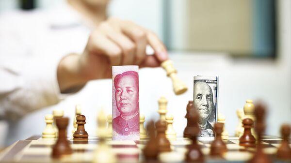 Tiền giấy đô la và nhân dân tệ trên bàn cờ - Sputnik Việt Nam