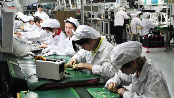 Công nhân làm việc trong phân xưởng của nhà máy Foxconn Technology Group ở Thâm Quyến, Trung Quốc - Sputnik Việt Nam