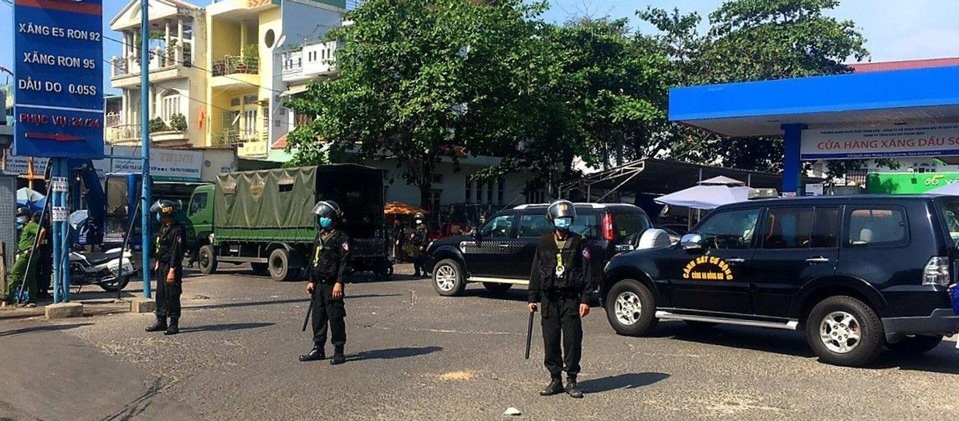 Lực lượng Cảnh sát cơ động phong tỏa cây xăng. - Sputnik Việt Nam, 1920, 25.03.2021