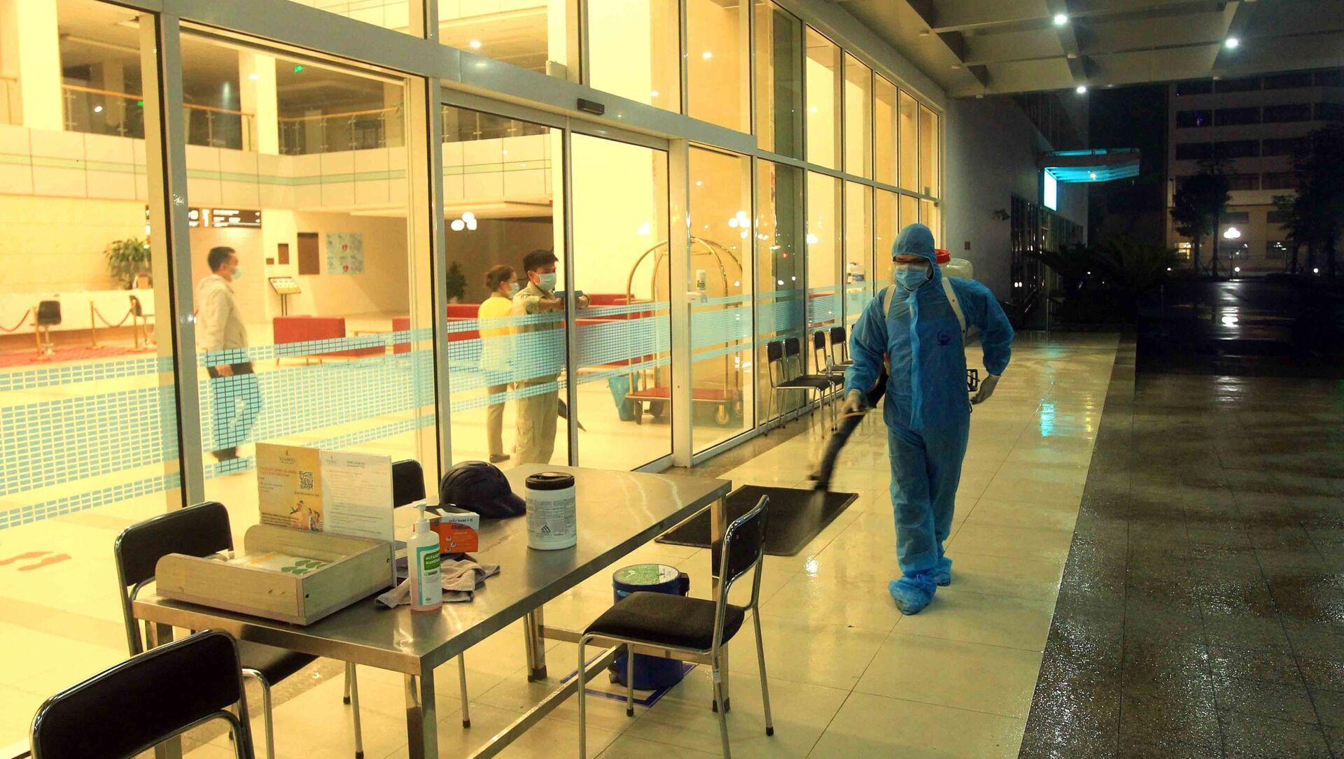 Nhân viên y tế phun thuốc khử trùng tiêu độc ngay trong đêm tại Bệnh viện quốc tế Vinmec Hải Phòng. - Sputnik Việt Nam, 1920, 28.03.2021
