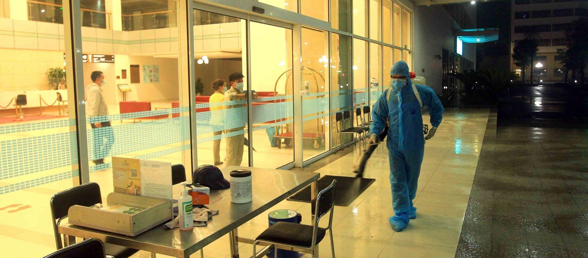 Nhân viên y tế phun thuốc khử trùng tiêu độc ngay trong đêm tại Bệnh viện quốc tế Vinmec Hải Phòng. - Sputnik Việt Nam, 1920, 26.03.2021