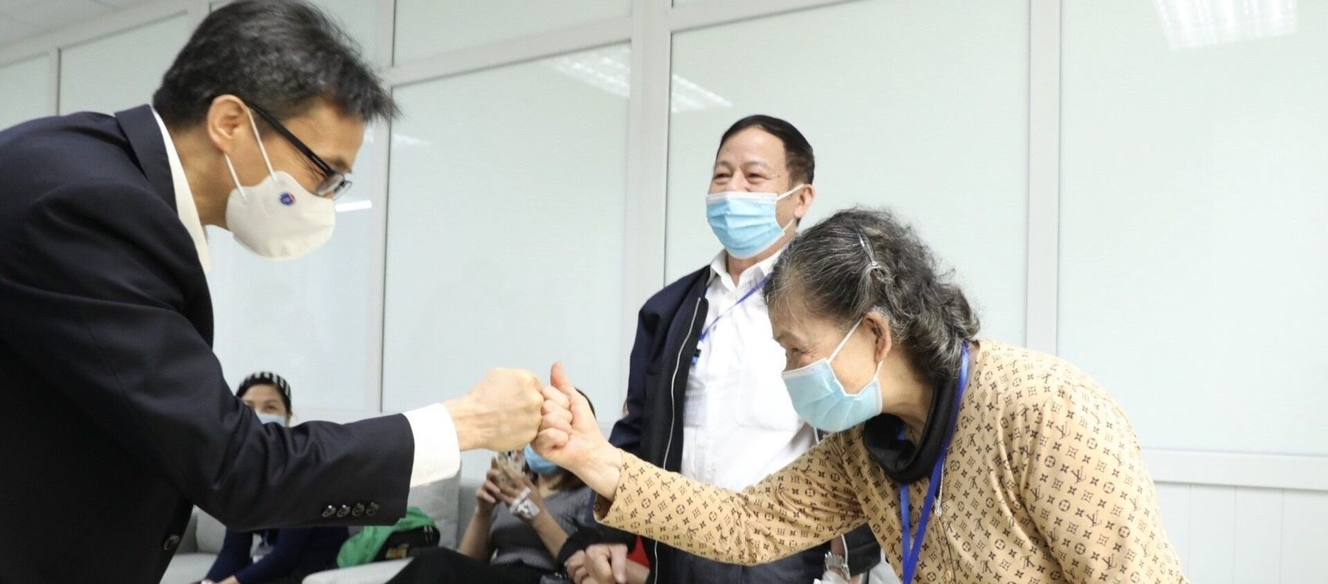Phó Thủ tướng Vũ Đức Đam thăm, động viên nghiên cứu viên, tình nguyện viên tiêm thử nghiệm vaccine Nano Covax phòng COVID-19 giai đoạn hai - Sputnik Việt Nam, 1920, 26.03.2021