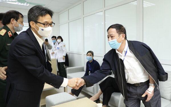 Phó Thủ tướng Vũ Đức Đam thăm, động viên nghiên cứu viên, tình nguyện viên tiêm thử nghiệm vaccine Nano Covax phòng COVID-19 giai đoạn hai - Sputnik Việt Nam