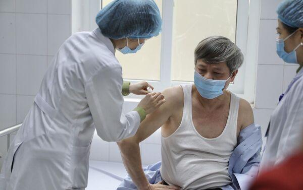 Thứ trưởng Bộ Khoa học và Công nghệ Phạm Công Tạc tham gia tiêm thử nghiệm vaccine Nano Covax phòng COVID-19. - Sputnik Việt Nam