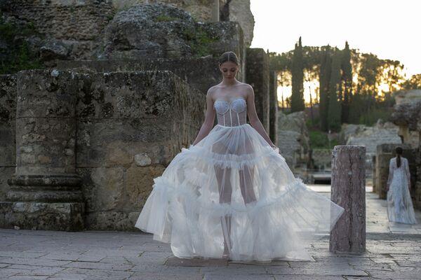 Người mẫu trình diễn tác phẩm của Inma Castrejon trong Tuần lễ thời trang Andalusian Code'41 ở Seville, Tây Ban Nha - Sputnik Việt Nam