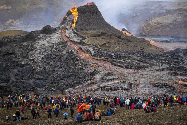 Những người xem núi lửa phun trào ở Iceland - Sputnik Việt Nam